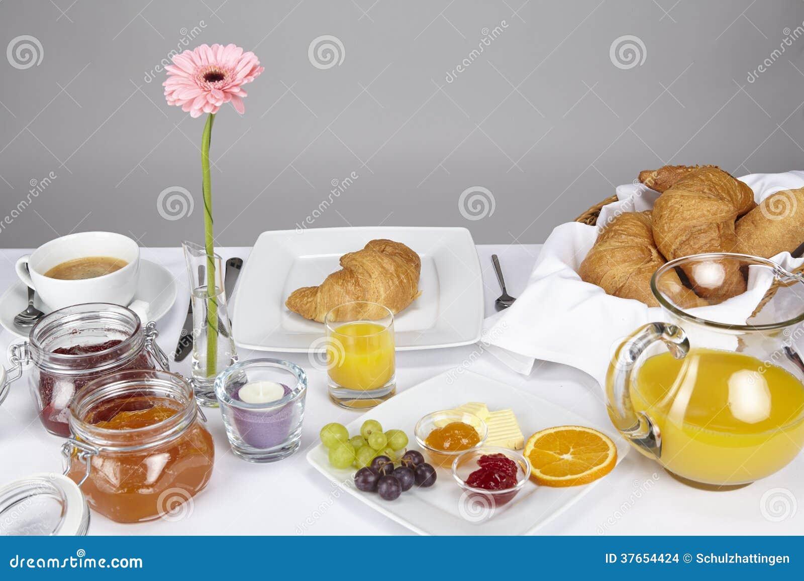 Mesa de desayuno foto de archivo imagen de albaricoque for Mesa desayuno