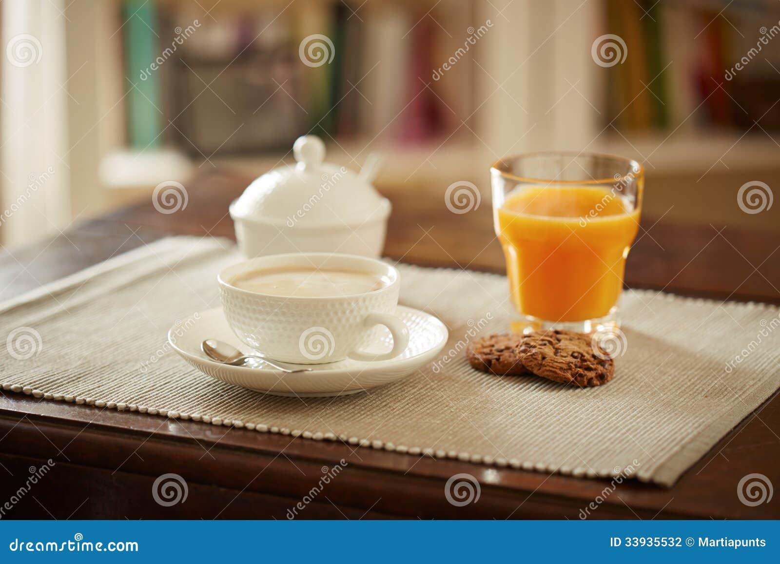 Mesa de desayuno con el jugo el coffe y las galletas foto for Mesa desayuno