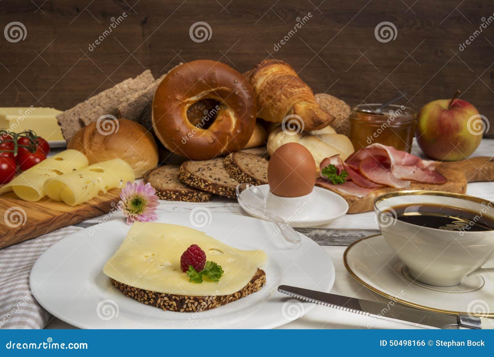 Mesa de desayuno con pan caf el huevo el jam n y el for Mesa desayuno