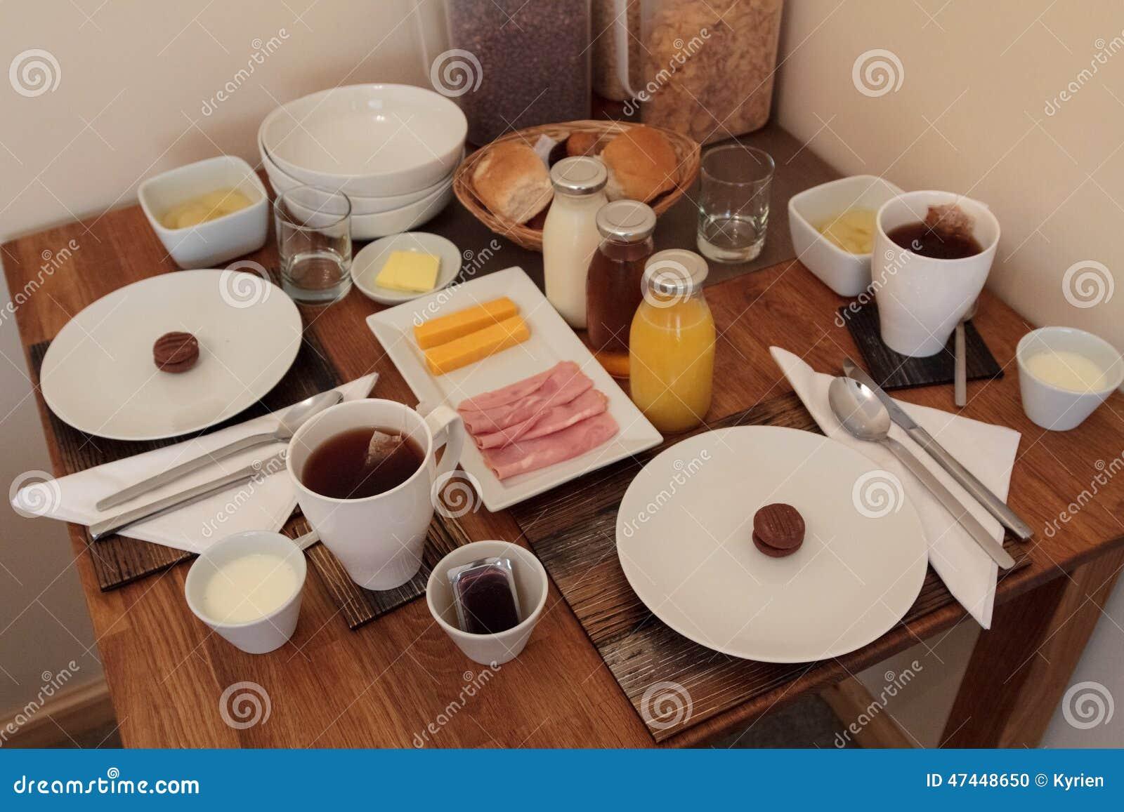 Mesa de desayuno continental llena para dos foto de archivo imagen 47448650 - Mesas de desayuno ...