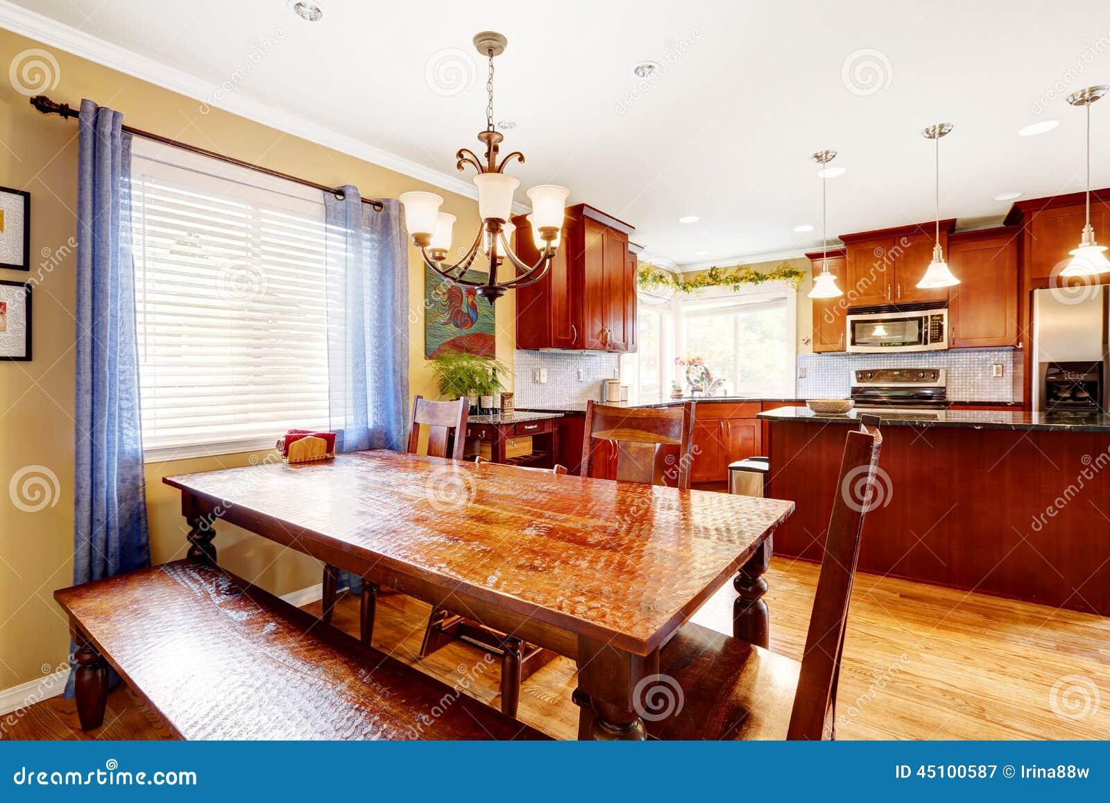 Mesa de jantar com banco e cadeiras na sala da cozinha for Banquette de salle a manger