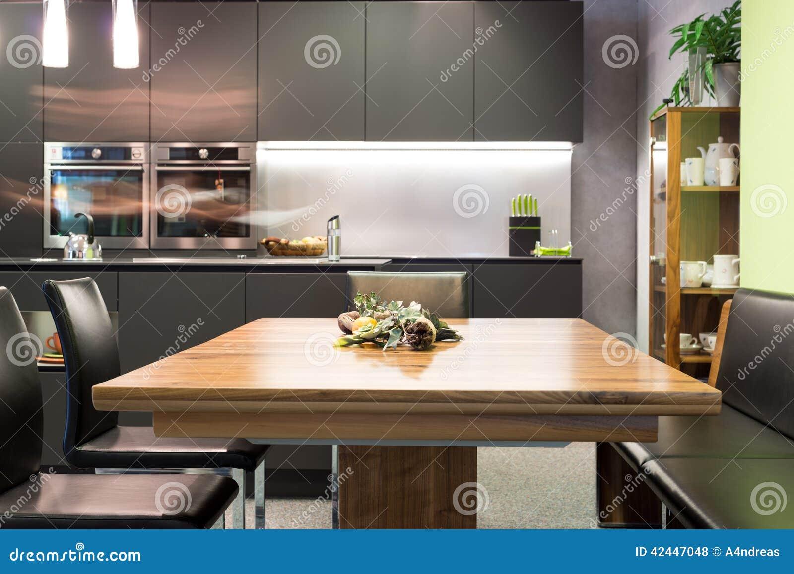 Mesa de jantar com cadeiras de couro