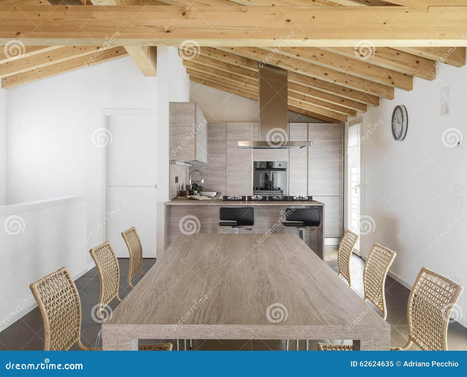 Mesa De Jantar Moderna Que Negligencia Na Cozinha Imagem De Stock