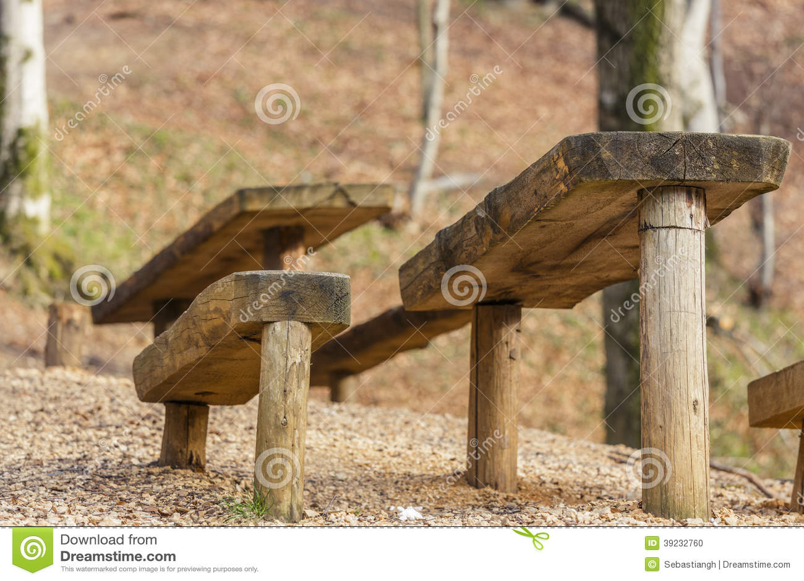 mesa de picnic y asientos de madera rsticos foto de archivo