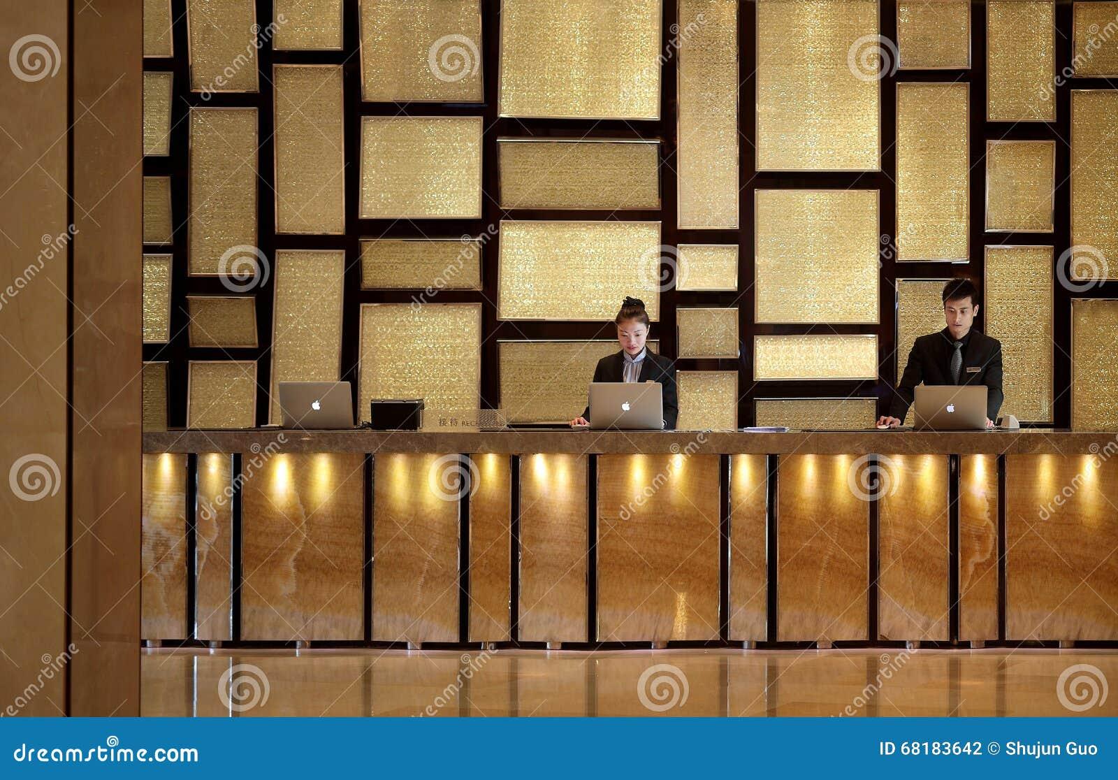 A mesa de recepção do hotel