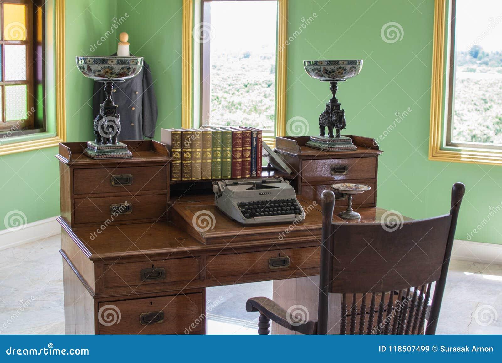 A mesa nos dias olden A máquina de escrever velha e os livros estão dentro