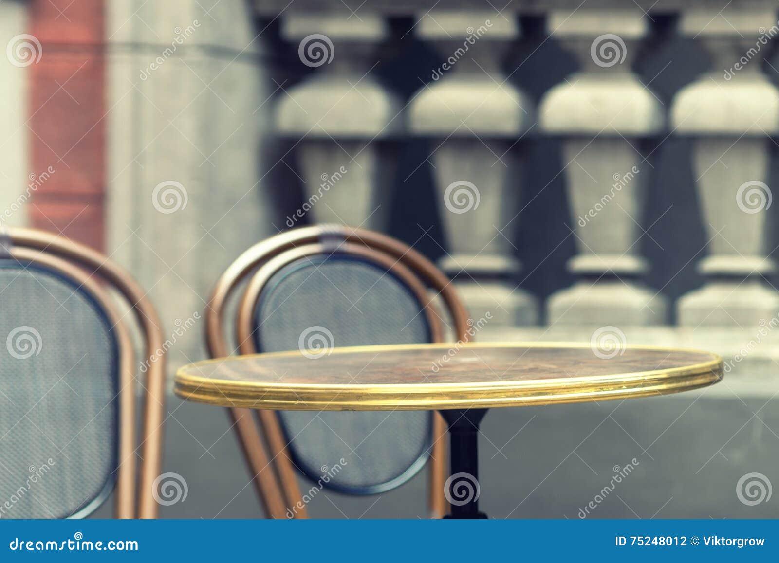 Mesa redonda con una silla en un ambiente del vintage foto for Mesa redonda con sillas