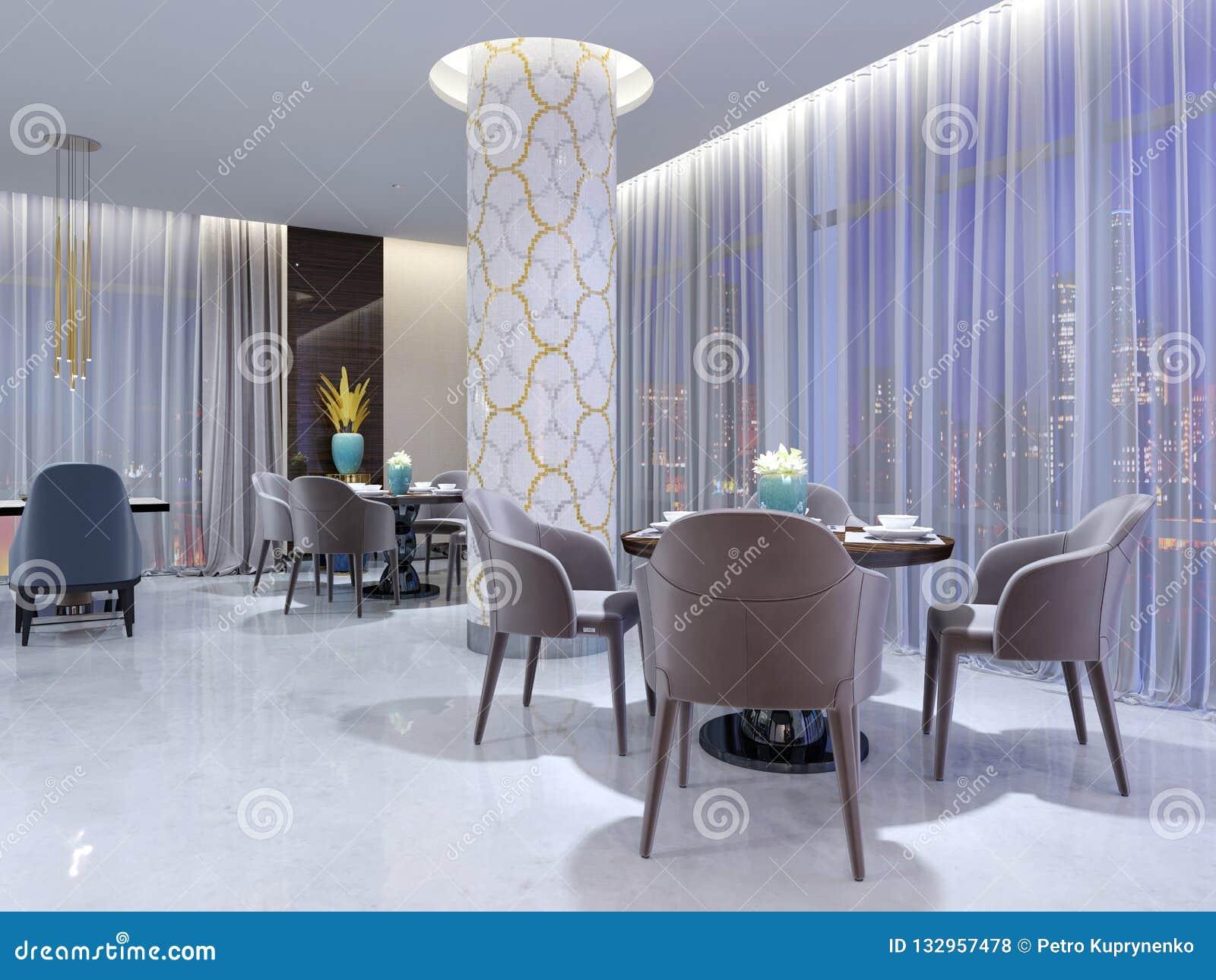 Mesa redonda moderna en el restaurante del hotel, para cuatro personas, con sillas de cuero y una tabla de madera servida Una tab