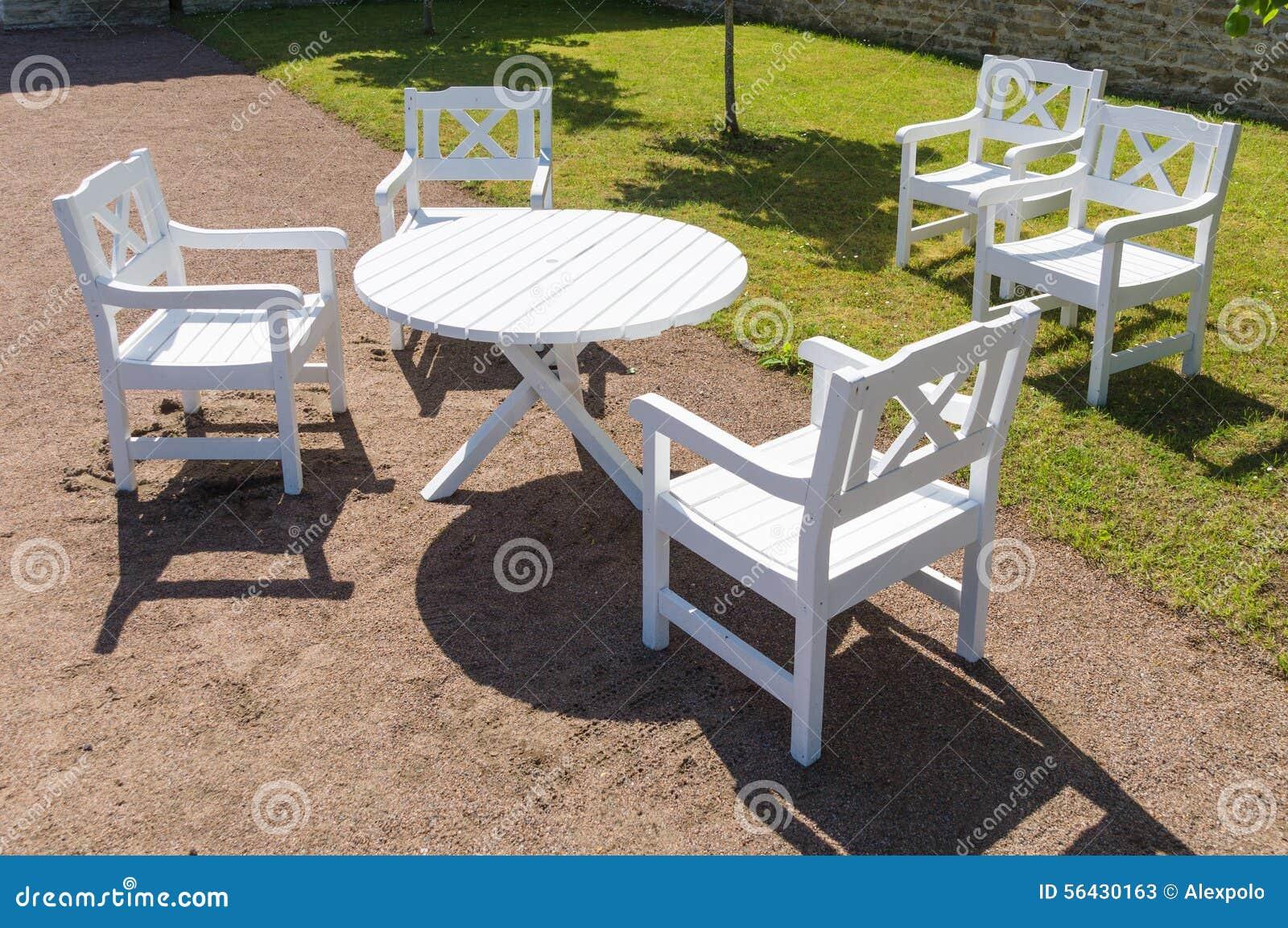 Mesa redonda y sillas blancas en jard n foto de archivo for Sillas para mesa redonda