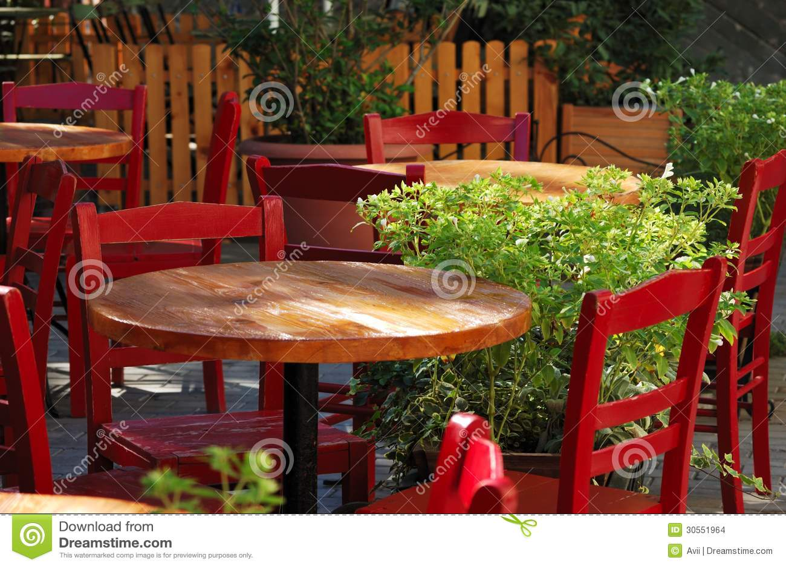 mesas de comedor y sillas en un caf al aire libre foto de