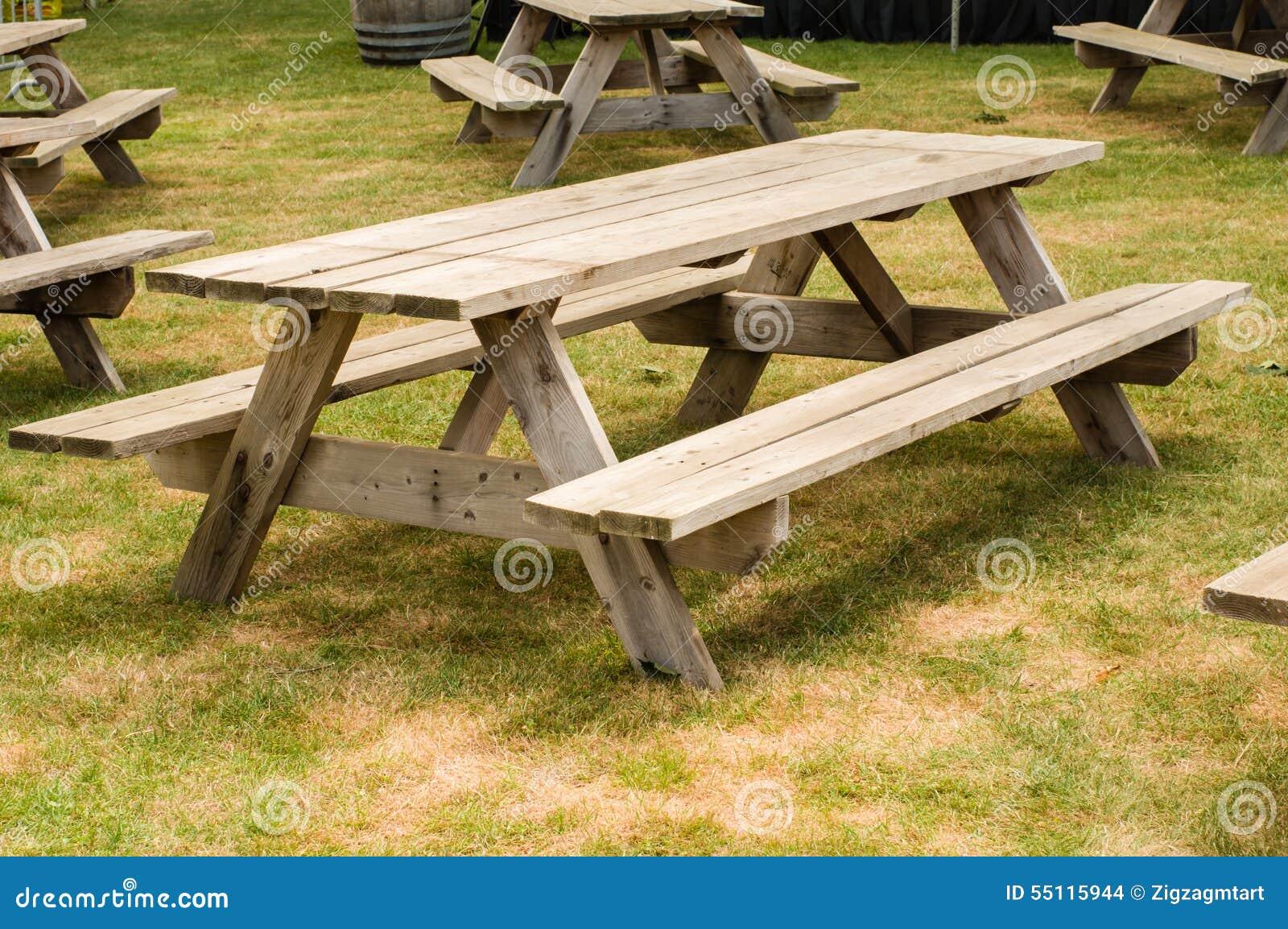Mesas de picnic en un parque foto de archivo imagen for Mesa de picnic madera