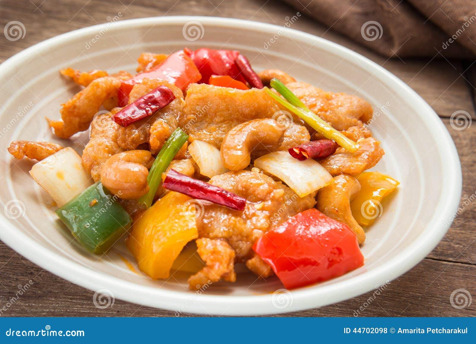 Mescoli il pollo infornato con gli anacardi sul piatto