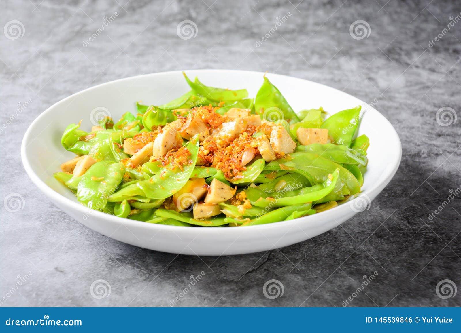 Mescoli le taccole della frittura con le taccole arrostite vietnamite della frittura di SausageStir della carne di maiale con la