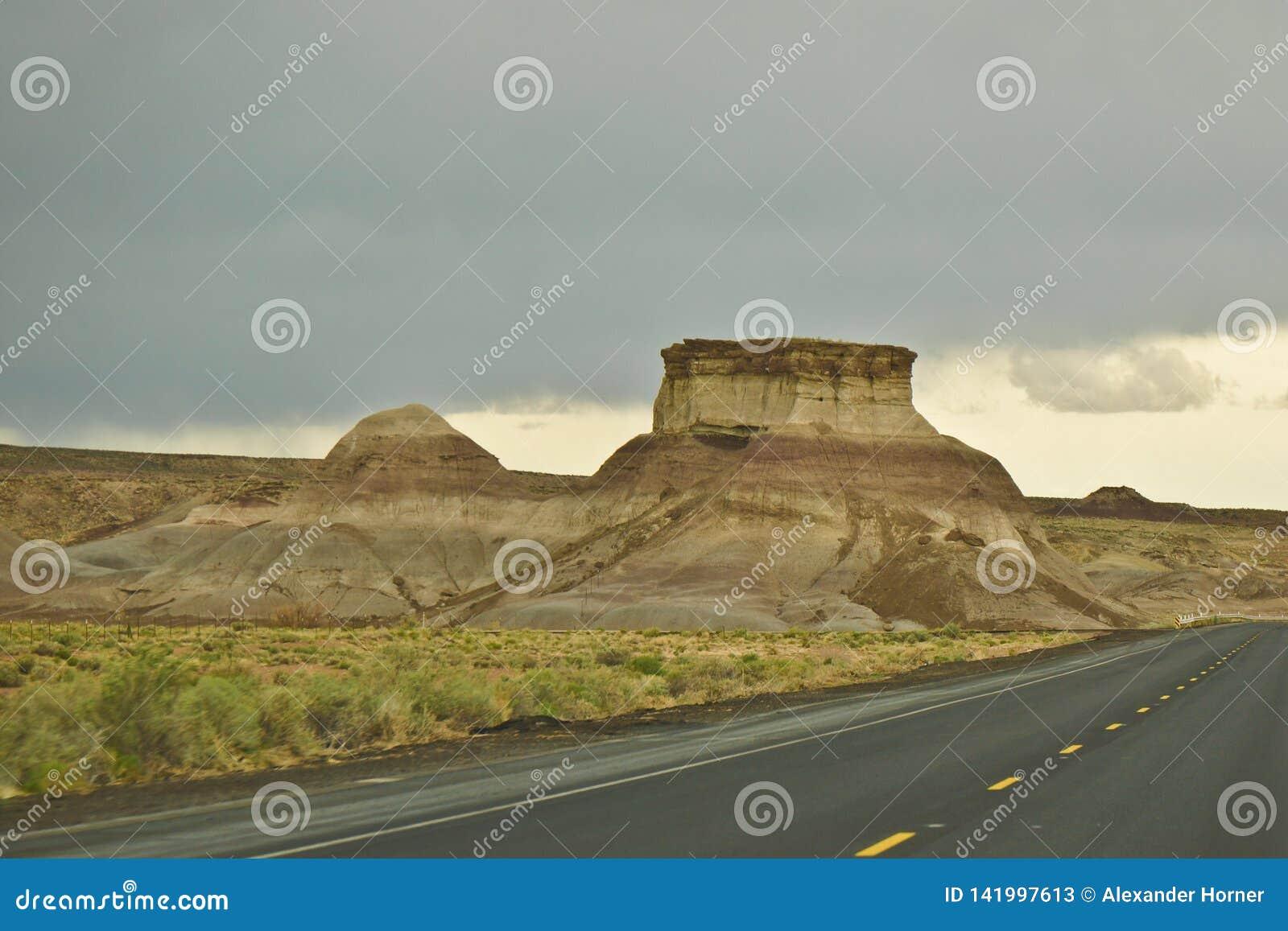 Meseta interesante en el lado del camino en Arizona