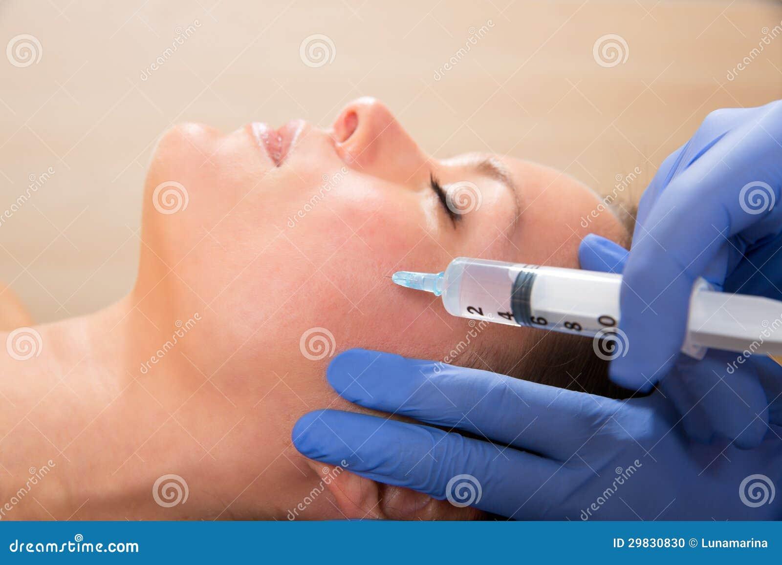 Seringa mesotherapy facial antienvelhecimento na cara da mulher