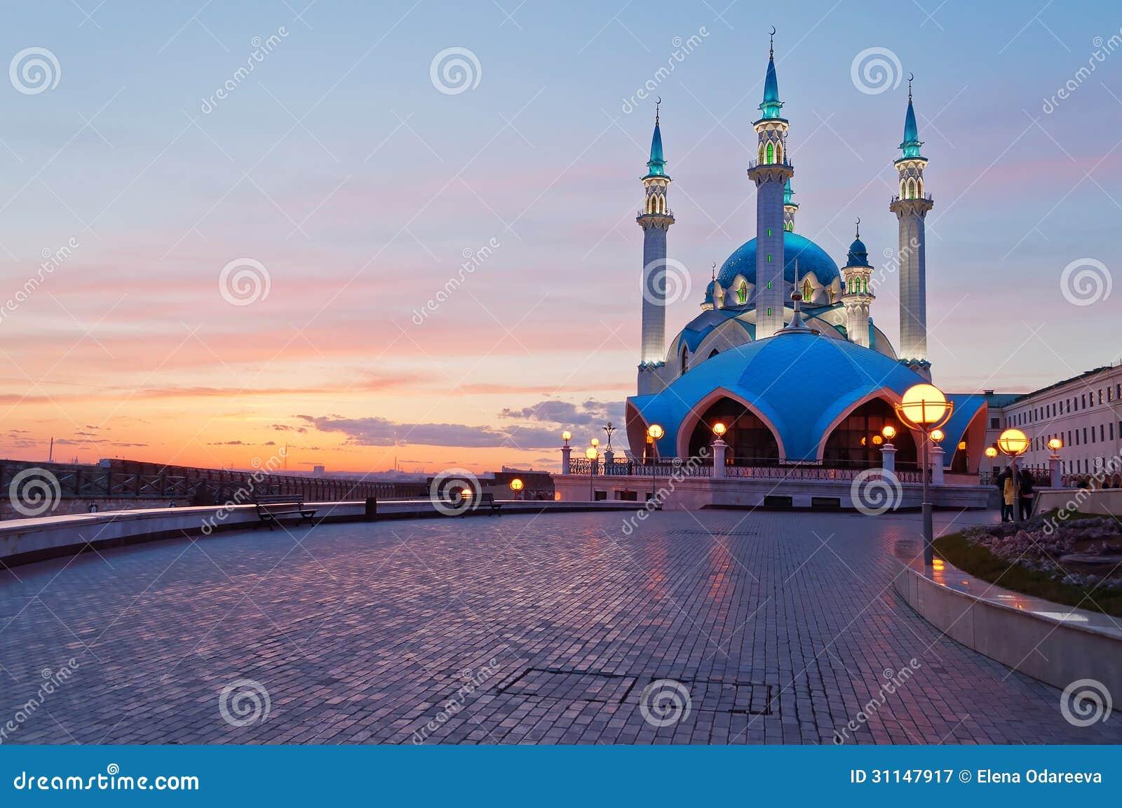 Mesquita de Kul Sharif no Kremlin de Kazan no por do sol. Rússia.