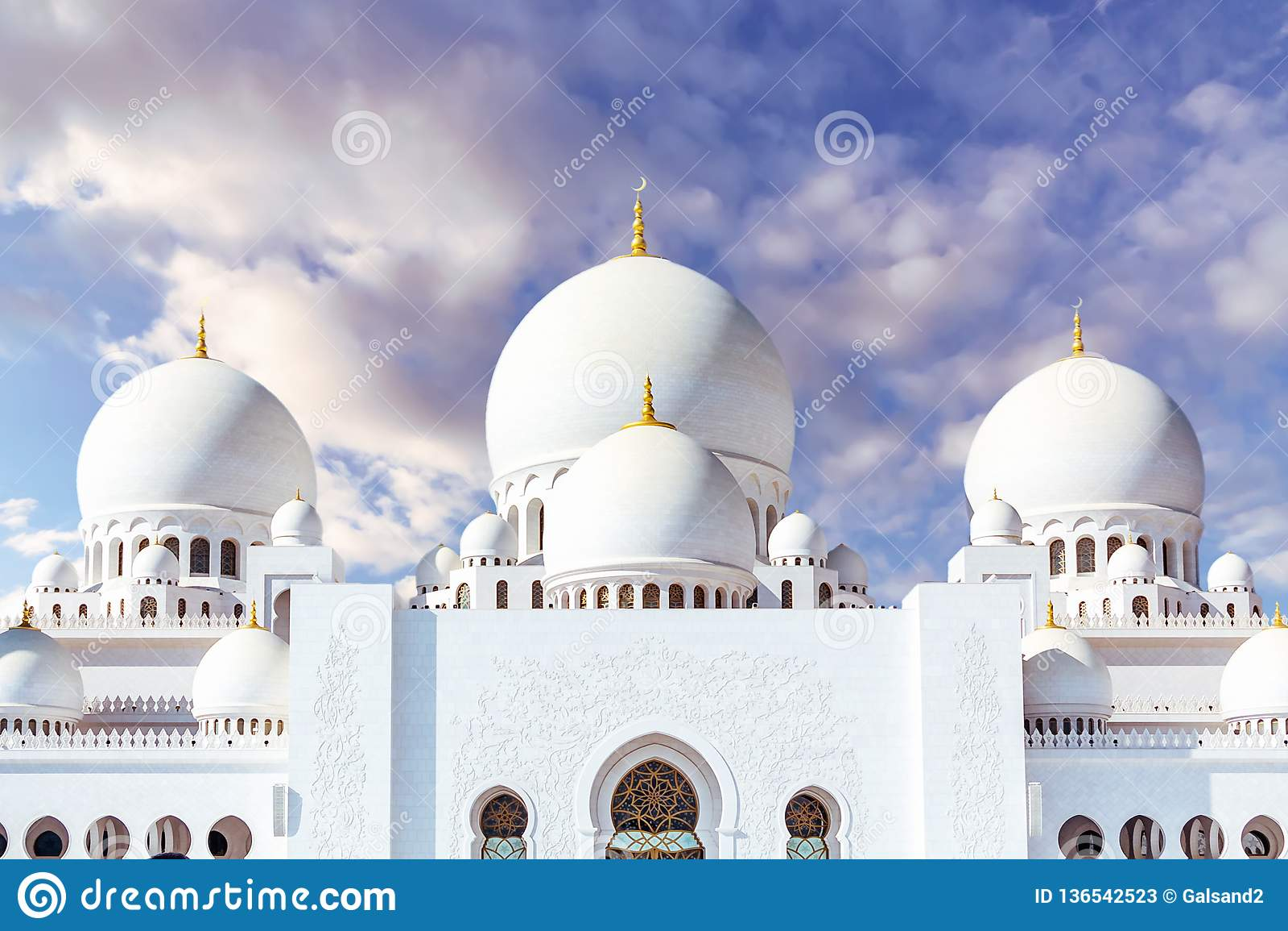 Mesquita grande em Abu Dhabi no fundo de nuvens dramáticas no céu