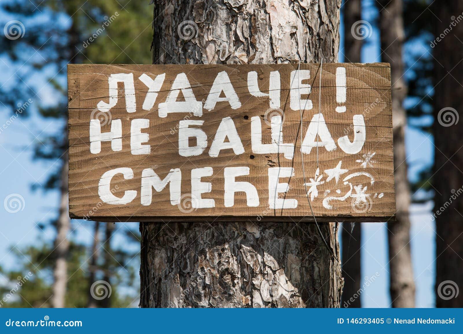 Message à un homme sur un conseil en bois