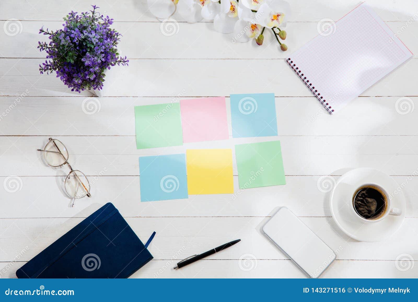Message aux papiers de note colorés sur un fond de bureau