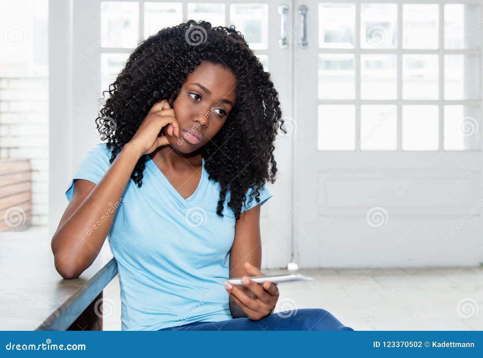 Message de attente de femme triste et seule d afro-américain