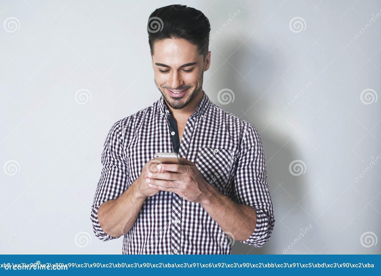 Message de dactylographie d homme attirant à son téléphone portable