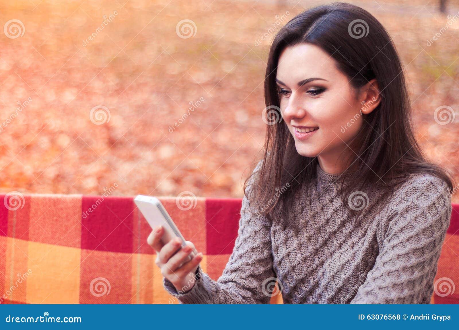 Download Message De Dactylographie De Femme Sur Un Banc Photo stock - Image du yeux, beauté: 63076568