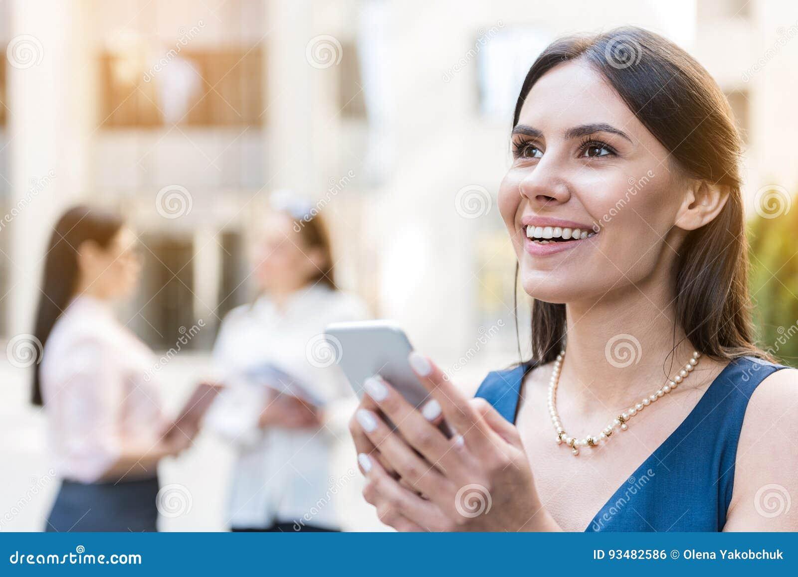 Message de lancement d écriture de femme par le téléphone