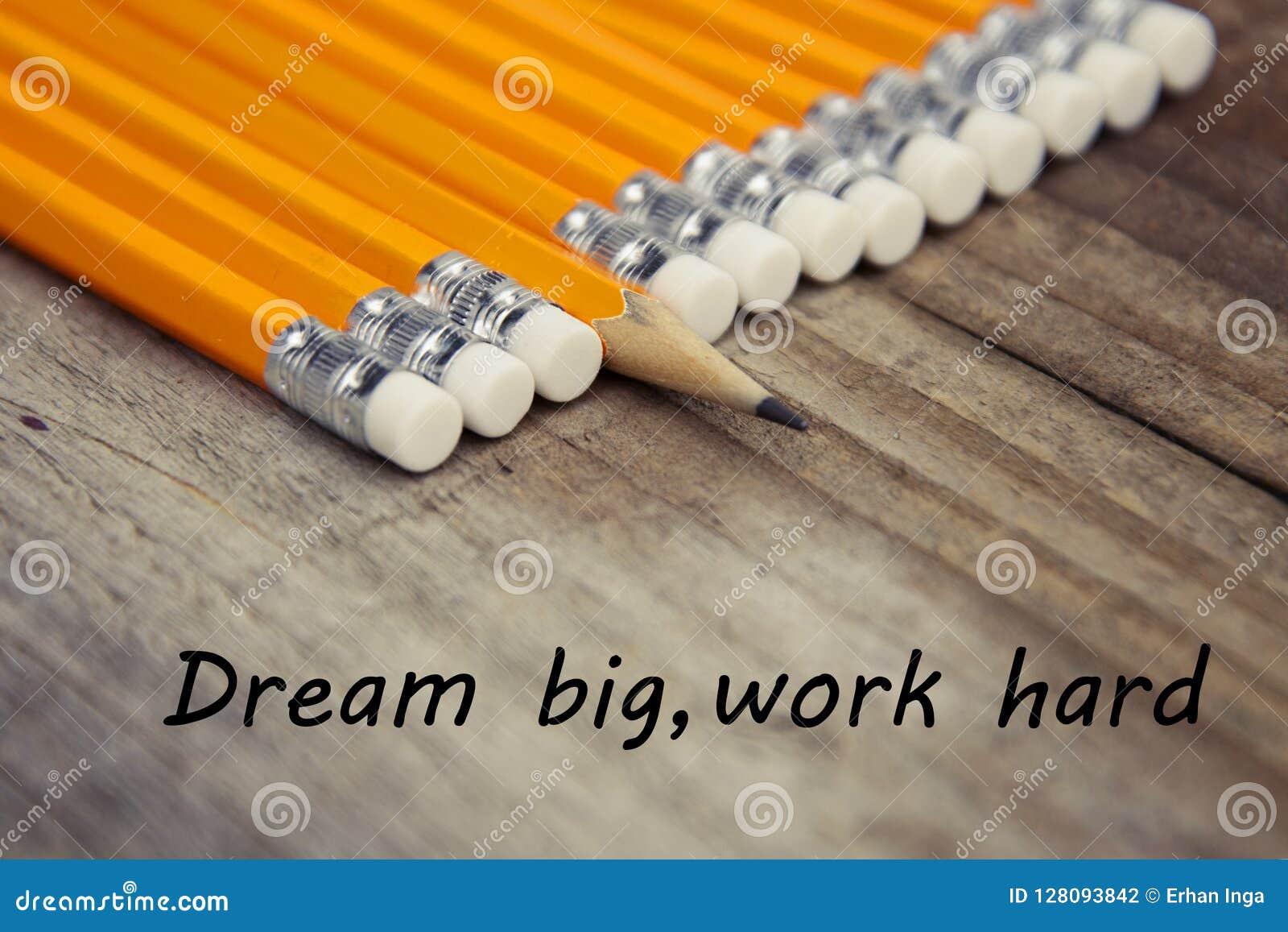 Message de motivation rêveur dur d éducation de travail grand Fond en bois rustique avec les crayons jaunes