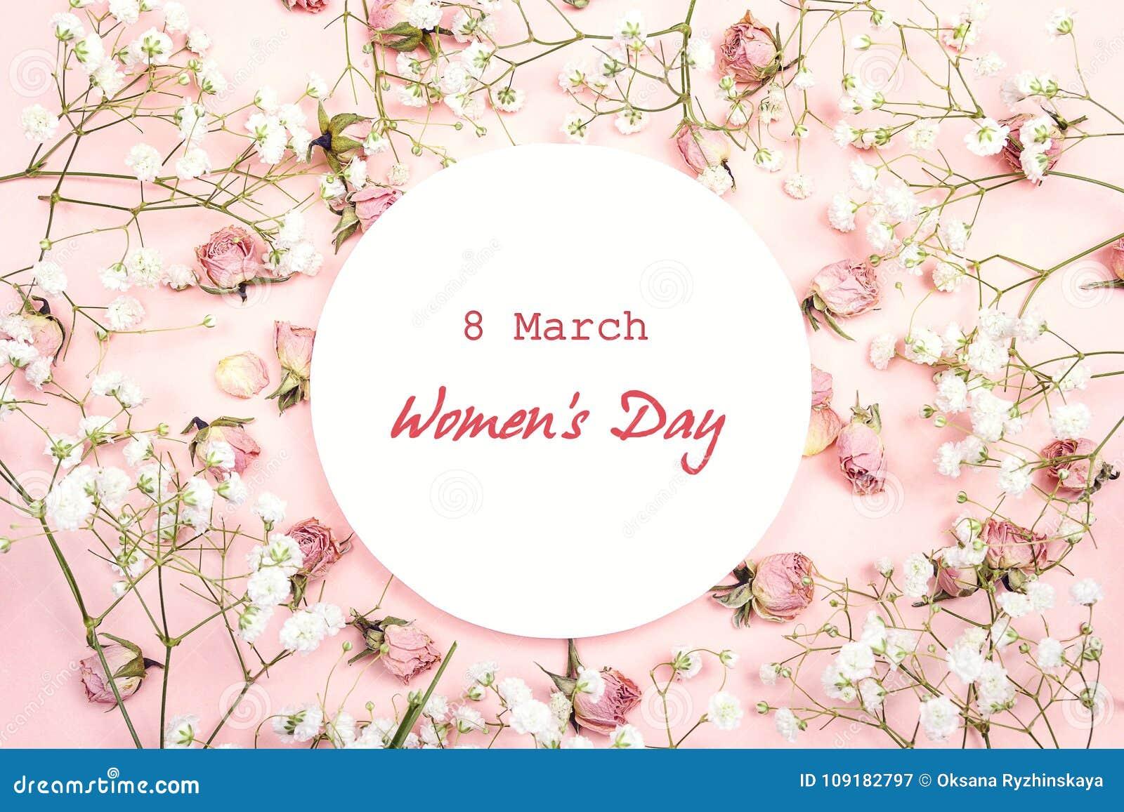 Message de salutation de jour du ` s de femmes sur le cadre rond blanc avec le gypsophil