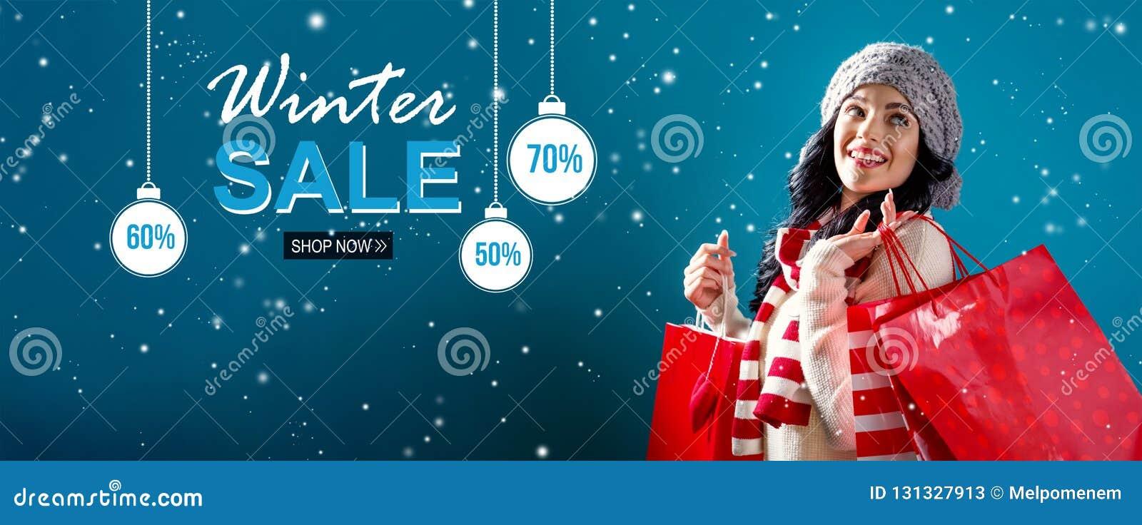 Message de vente d hiver avec la femme tenant des sacs à provisions