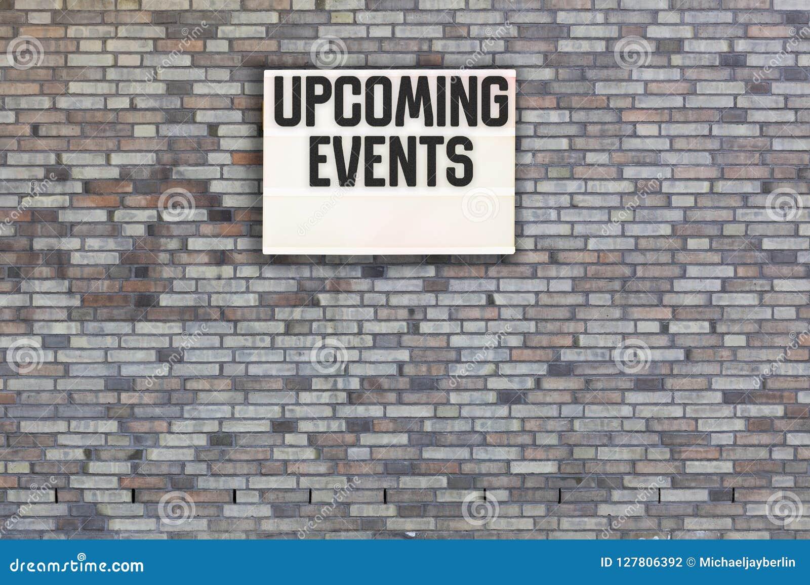 Message prochain d événements sur le mur de briques avec le caisson lumineux