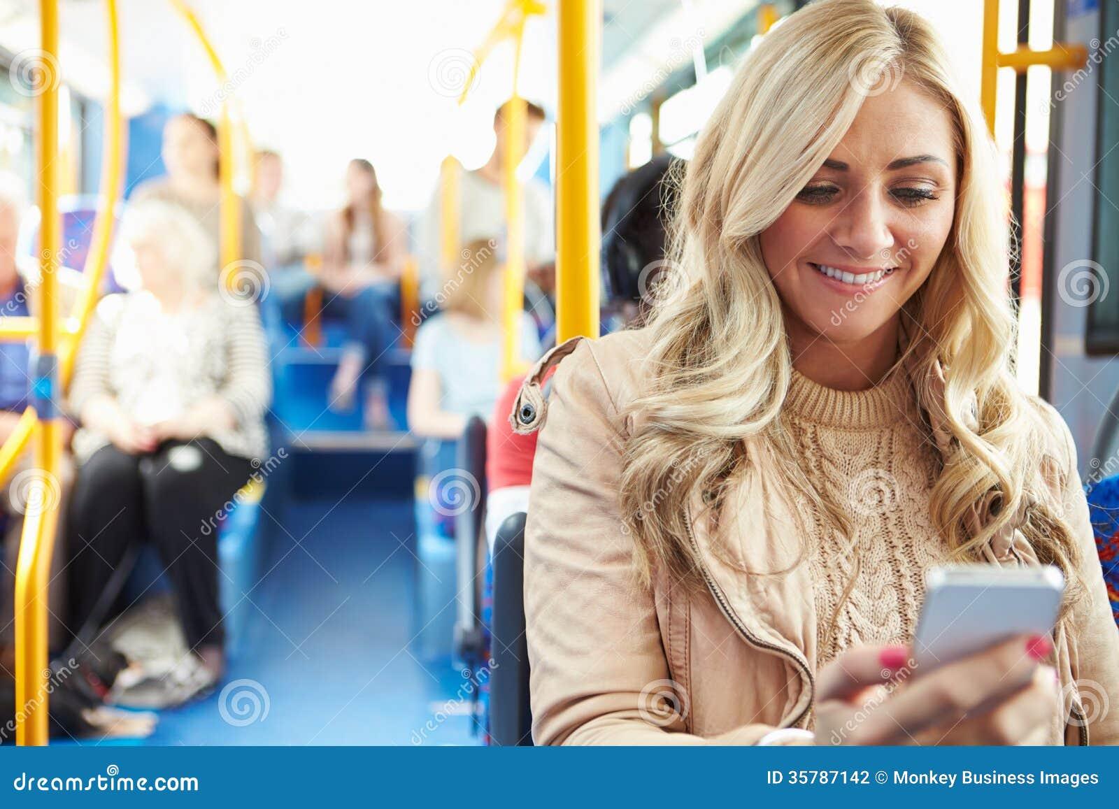 Message textuel de lecture de femme sur l autobus