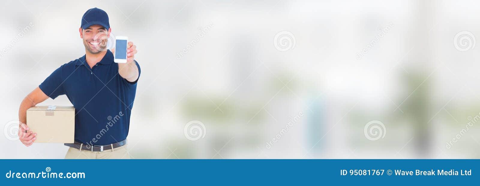 Messager de la livraison avec le colis et téléphone devant le fond brouillé