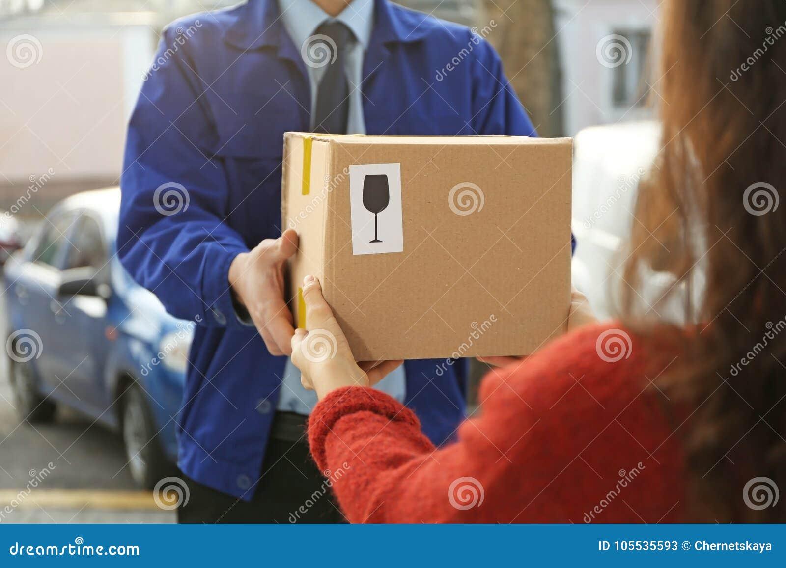Messager donnant le colis au client,