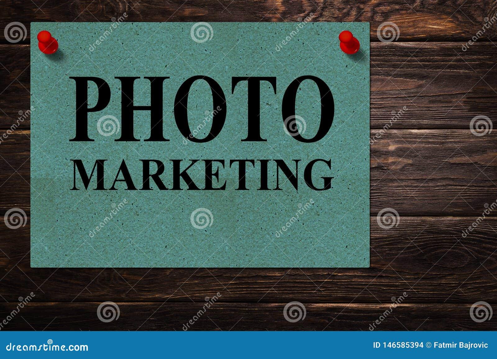 """Messages """"VENTE de PHOTO """"écrite sur des supports de Livre vert comme publicité sur une surface en bois"""