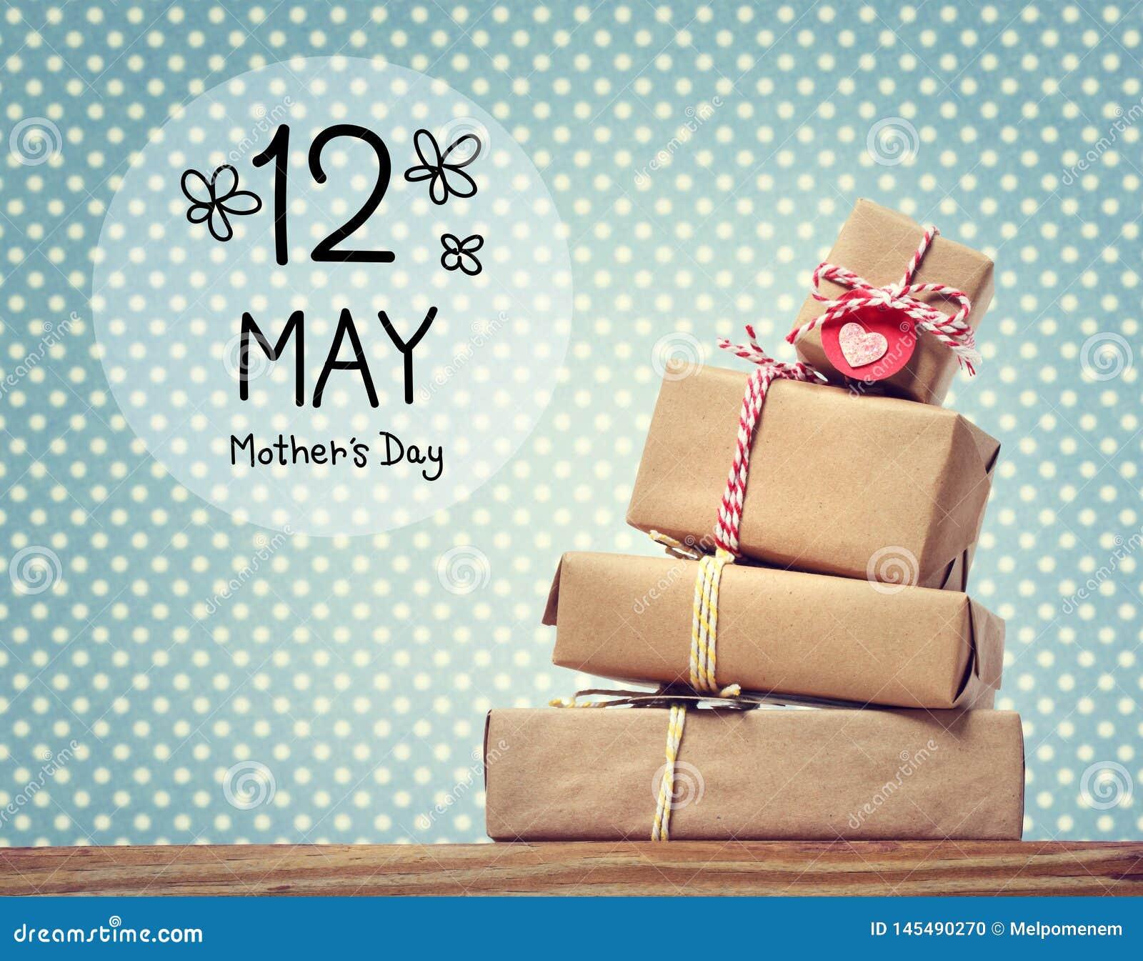 Messaggio di giorno di madri con i contenitori di regalo