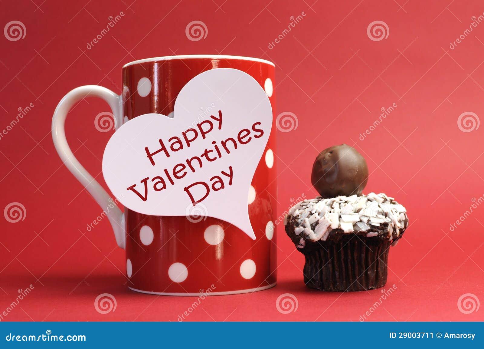 Messaggio felice di giorno di biglietti di S. Valentino sulla tazza rossa del punto di Polka con il bigné del cioccolato
