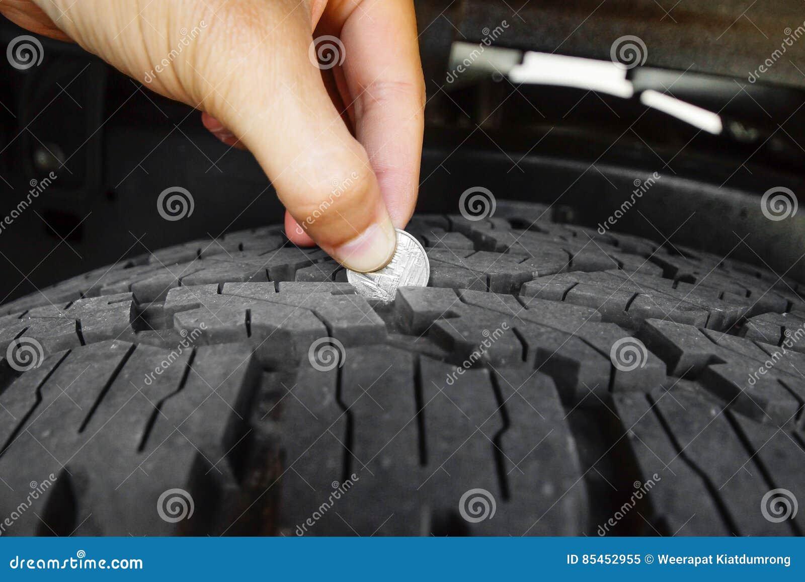 Messende Reifentiefe Stockbild Bild Von Maß Münze Sicherheit