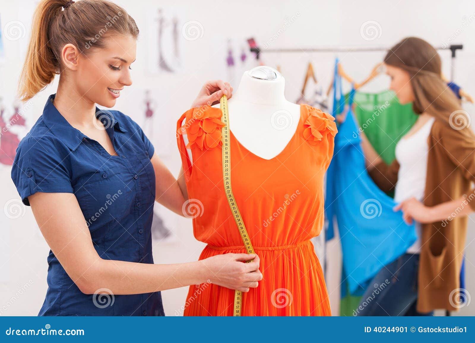 Messendes Kleid des Designers.