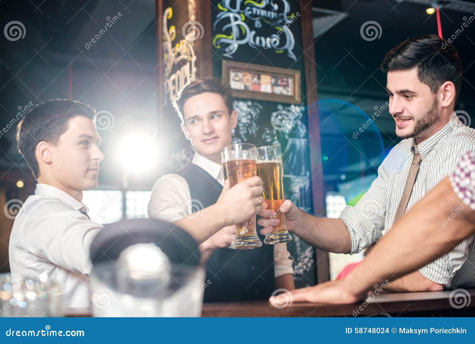 Mest bra stång för ett öl Fyra vänmän som dricker öl och har f