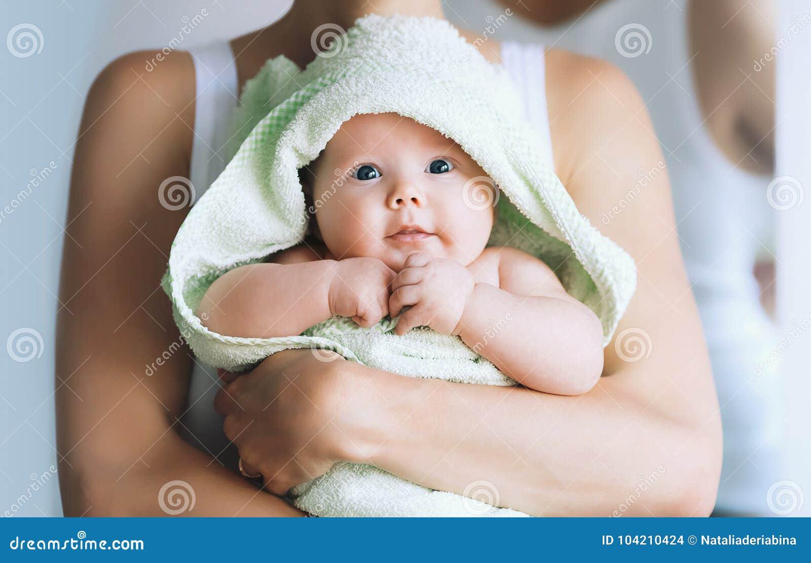 Mest gullig behandla som ett barn efter bad med handduken på huvudet