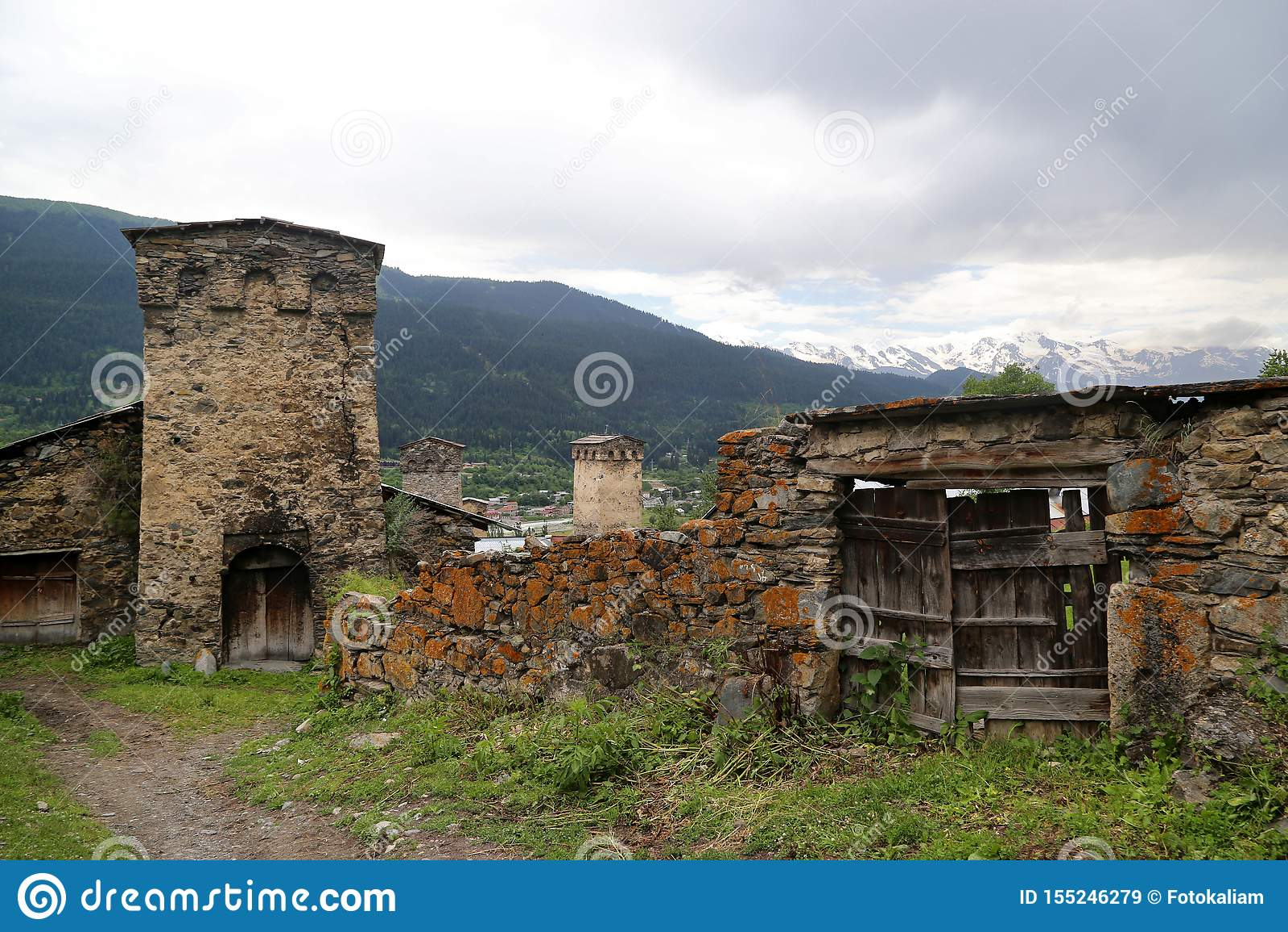 Mestia村庄的Svan塔的看法