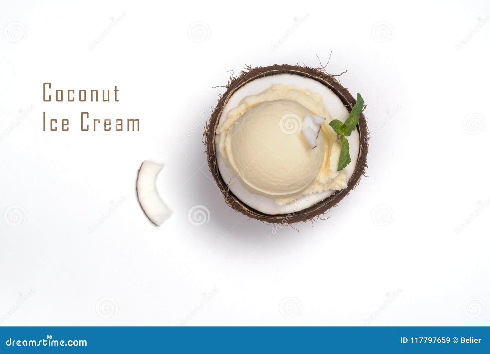 Mestoli crema del gelato al cocco a metà delle coperture della noce di cocco