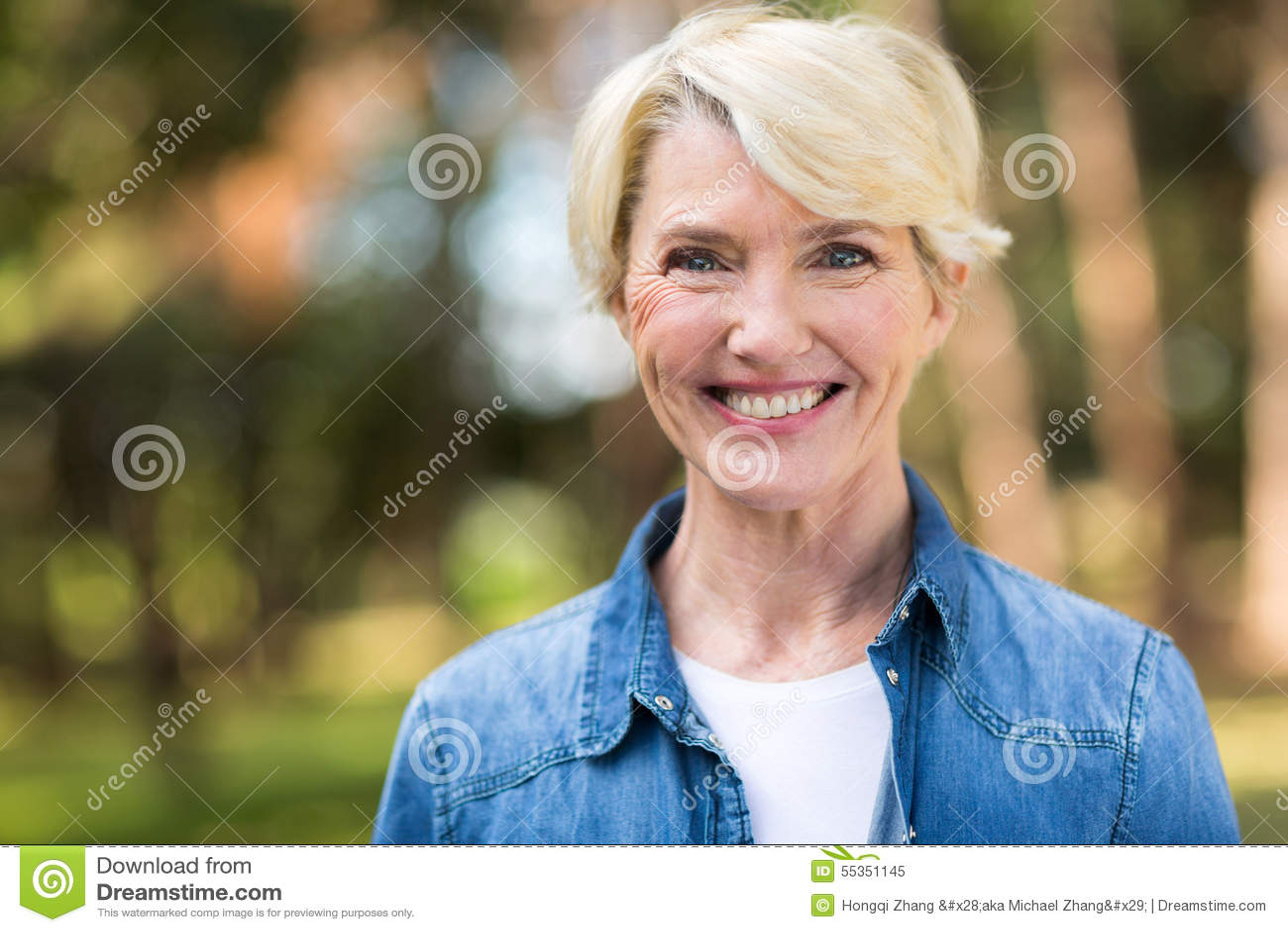 Metà di donna di età all aperto