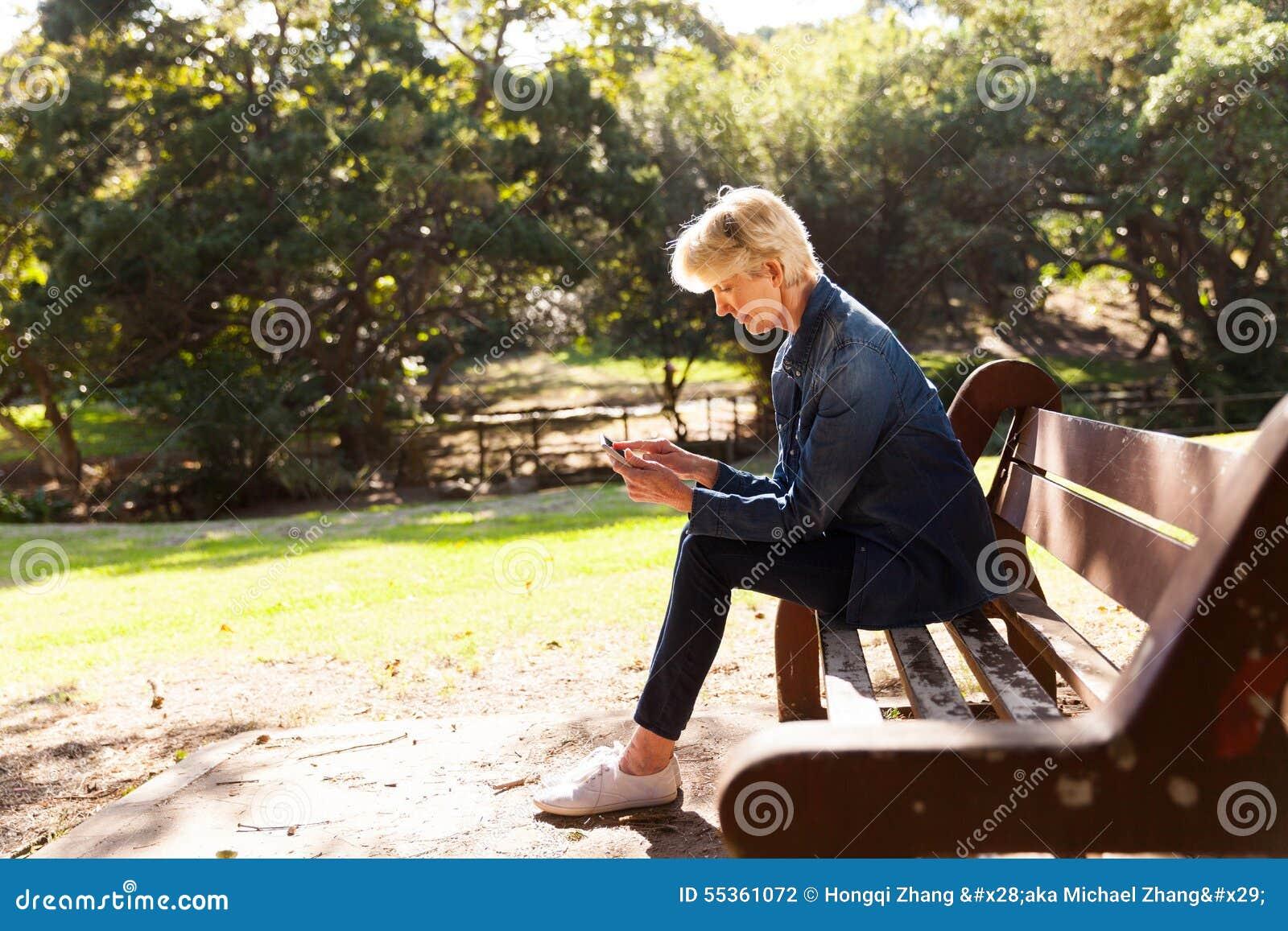 Metà di parco della donna di età