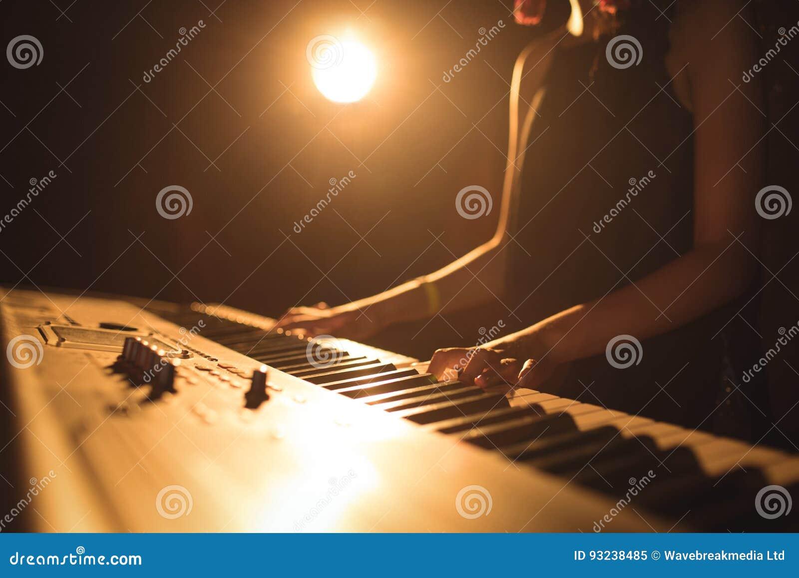 Metà di sezione del musicista femminile che gioca festival di musica del piano