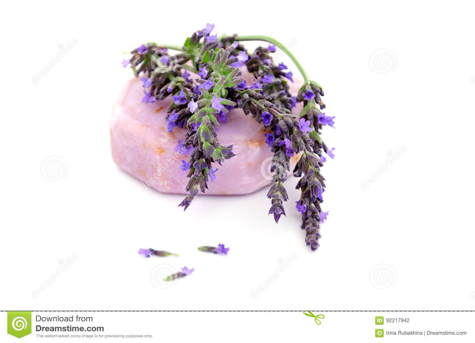 Met de hand gemaakte die zeep met lavendel op wit wordt geïsoleerd