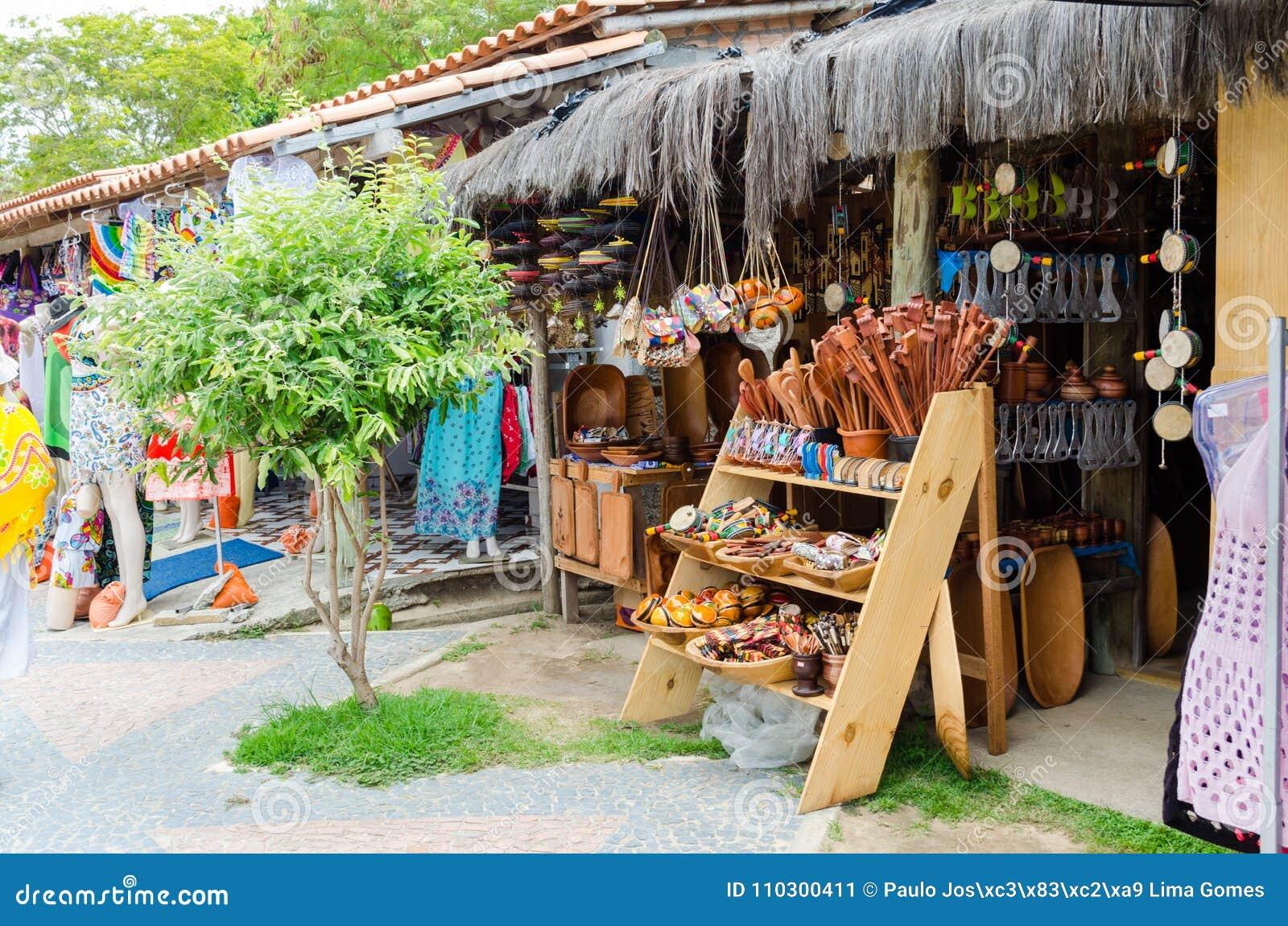 Met de hand gemaakte houten stukken die bij ambachtmarkt worden verkocht in Bahia in Brazilië Lepels, bundels, beurzen, muzikale