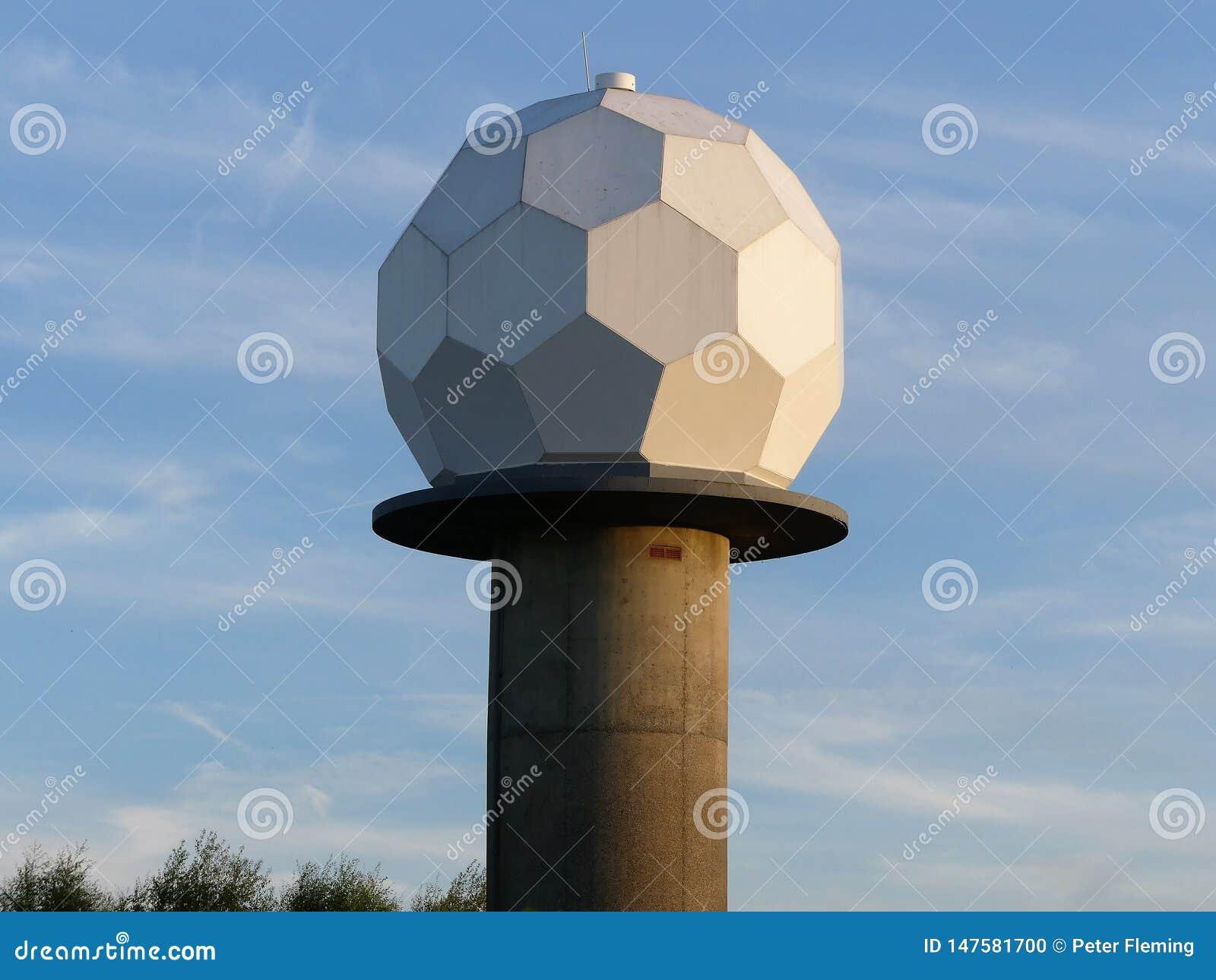 Met Office Chenies v?derradar med en utformad Radome ?f?r golfboll ?