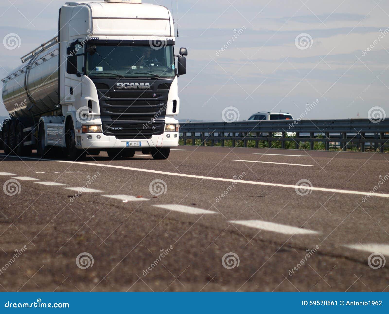 Met Scania-vrachtwagen op weg